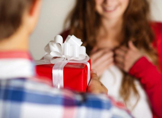 Девушка просит меня не покупать ей больше подарков