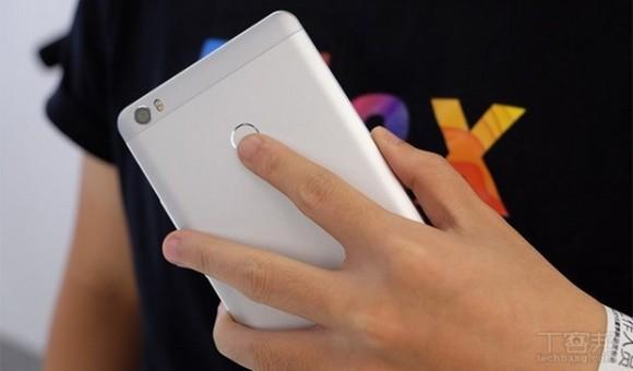 Xiaomi Mi Mix в белом цвете выглядит не менее шикарно