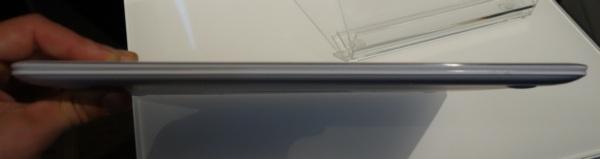 Asus Zenbook UX305 white-на стенде компании
