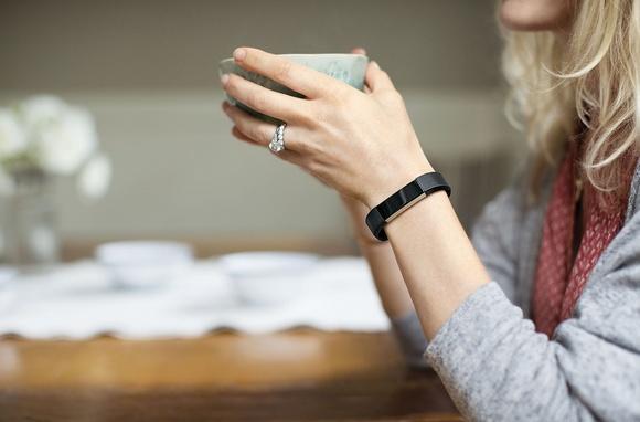 Для стильных и активных фитнес-трекеры JAWBONE и Fitbit уже в АЛЛО – Fitbit Alta на руке