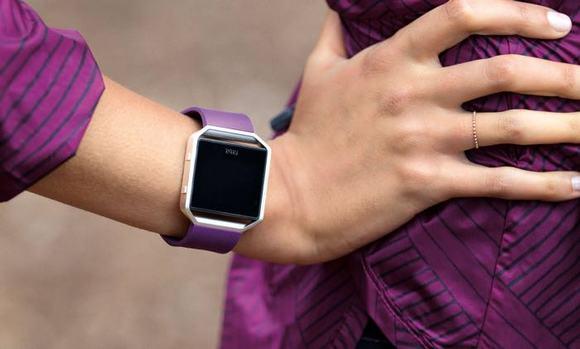 Для стильных и активных фитнес-трекеры JAWBONE и Fitbit уже в АЛЛО – Fitbit Blaze фиолетовый