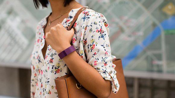 Для стильных и активных фитнес-трекеры JAWBONE и Fitbit уже в АЛЛО – Fitbit Charge HR на руке