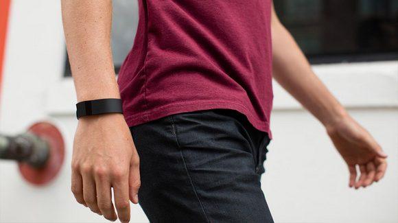 Для стильных и активных фитнес-трекеры JAWBONE и Fitbit уже в АЛЛО – Fitbit Charge на руке