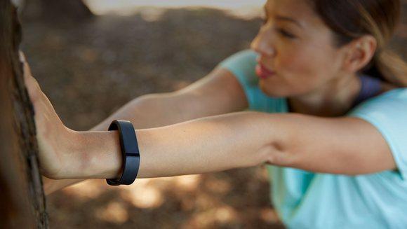 Для стильных и активных фитнес-трекеры JAWBONE и Fitbit уже в АЛЛО – Fitbit Flex Wireless Activity + Sleep Wristband на девушке