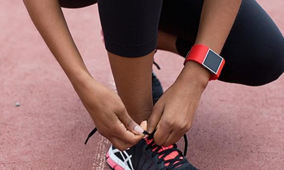 Для стильных и активных фитнес-трекеры JAWBONE и Fitbit уже в АЛЛО – Fitbit Surge на руке