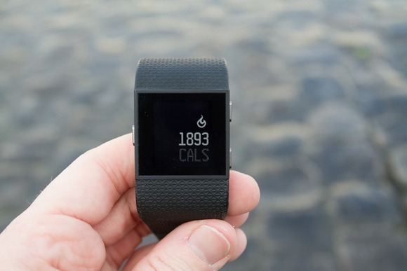 Для стильных и активных фитнес-трекеры JAWBONE и Fitbit уже в АЛЛО – Fitbit Surge в руках