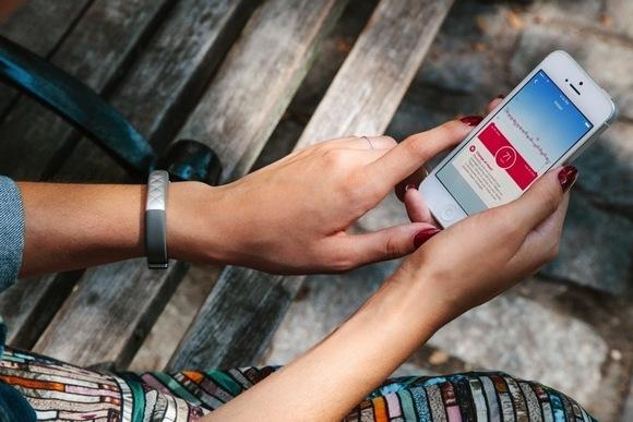 Для стильных и активных фитнес-трекеры JAWBONE и Fitbit уже в АЛЛО – JAWBONE UP3 на руке