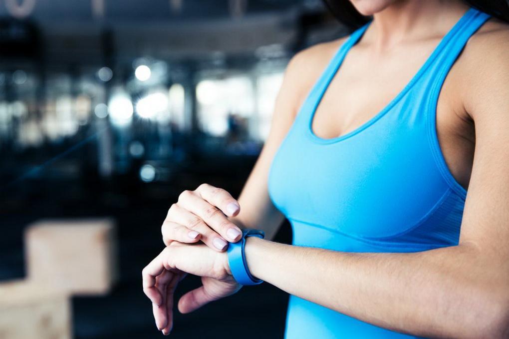 Фитнес-трекер на руке-контроль активности