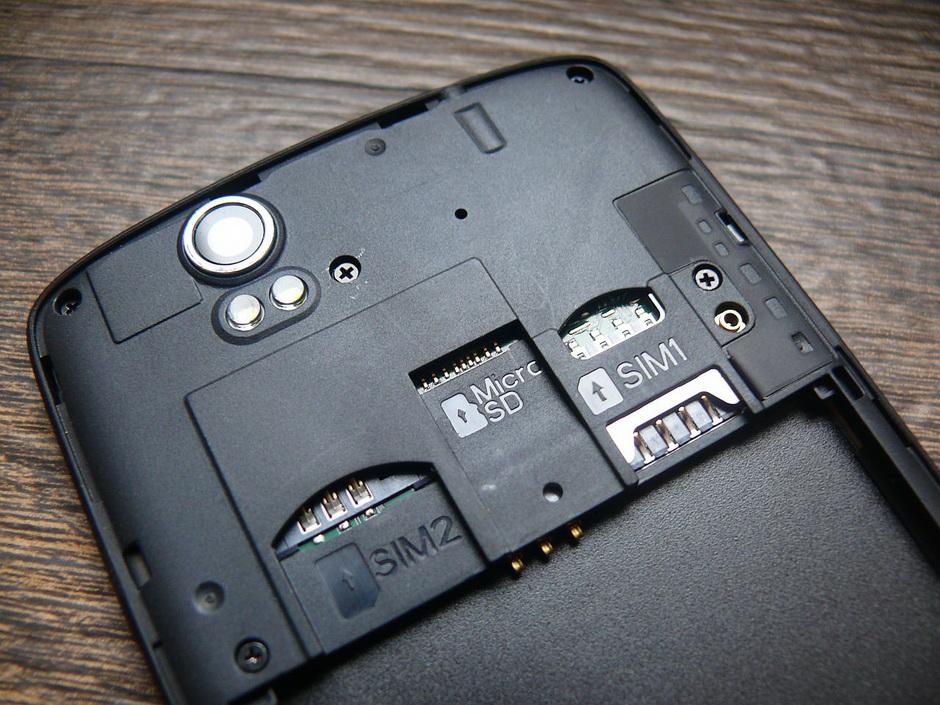 Fly IQ4503 Quad-слоты для симок и карты памяти