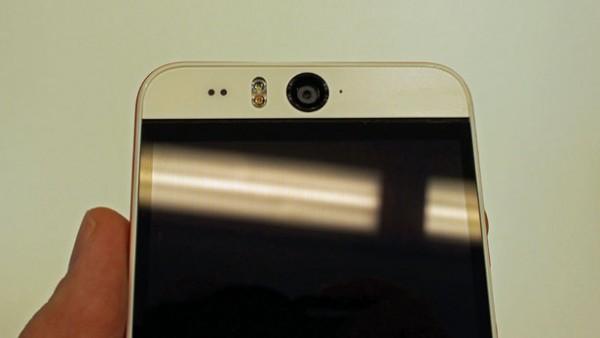 HTC Desire Eye - фронтальная камера