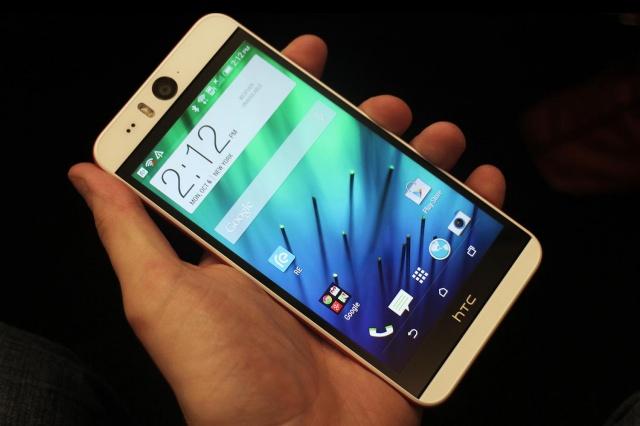 HTC Desire Eye - в руке