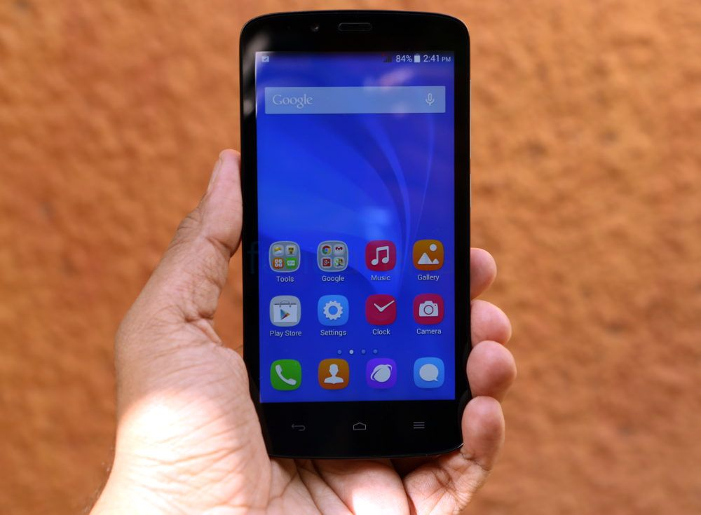 Huawei Honor 3C Lite Black-как лежит в руке