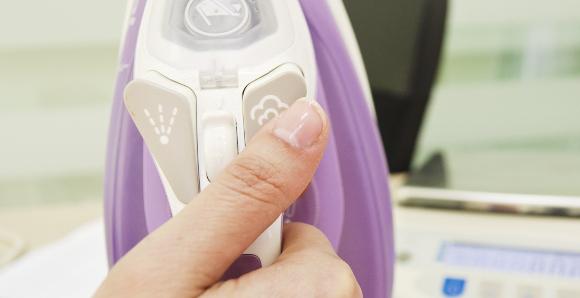 Как очистить утюг от накипи в домашних условиях – Кнопка генерации пара в утюге