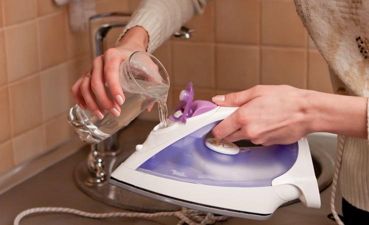 Как очистить утюг от накипи в домашних условиях – Заливание воды в резервуар утюга