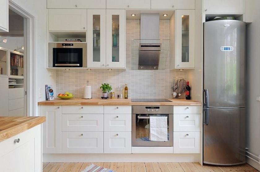 Серебристый холодильник дизайн кухни 154