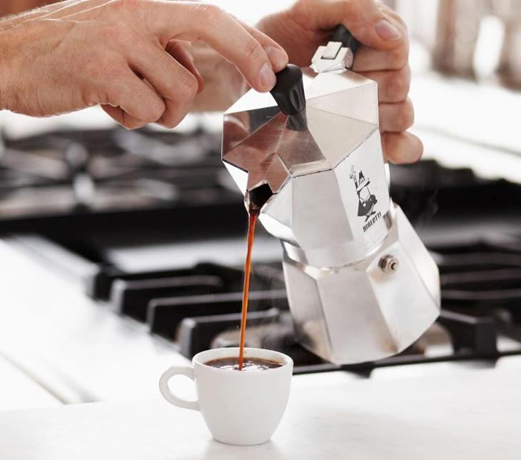 Кофеварка гейзерного типа шпаргалка пользователя – Разлив кофе