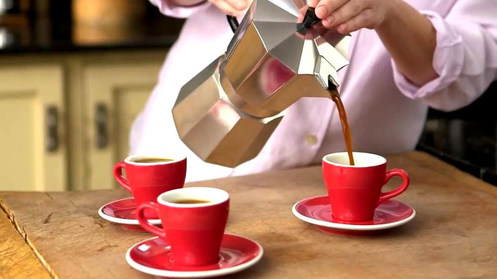 Кофеварка гейзерного типа шпаргалка пользователя – Разливание кофе по чашкам