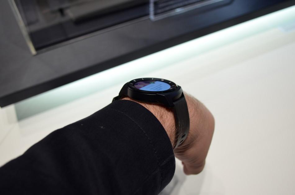 LG G Watch R-часы на руке один из ракурсов