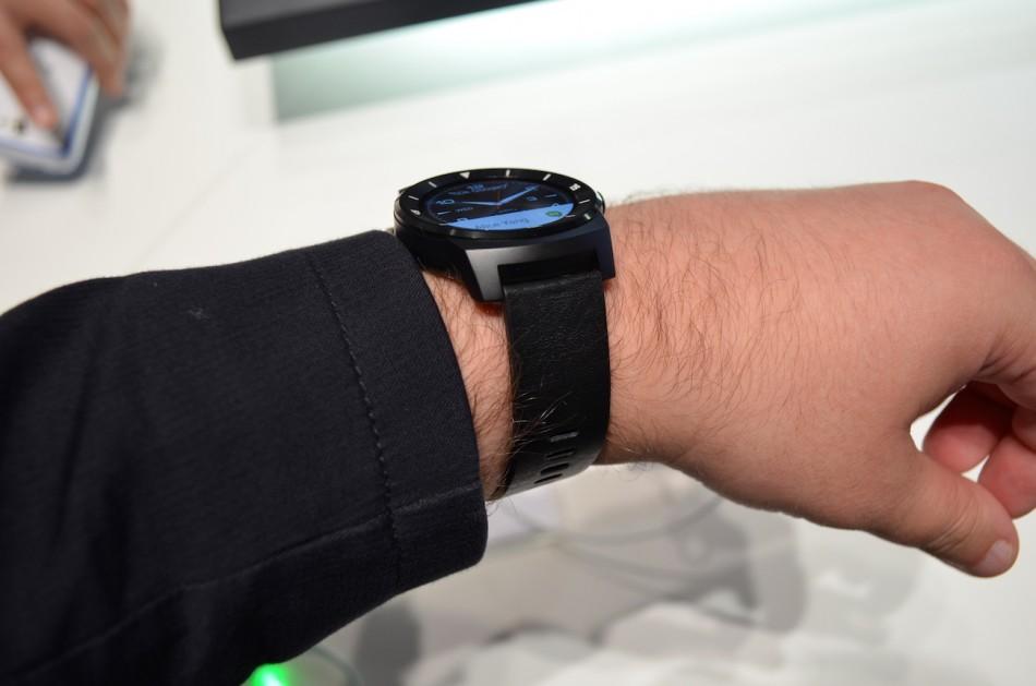 LG G Watch R-часы на руке