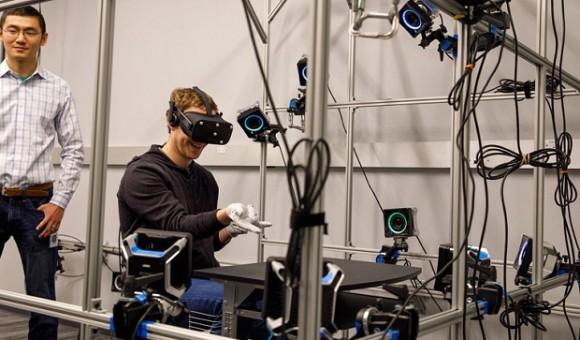 Марк Цукерберг представил прототип VR-перчаток для Oculus Rift