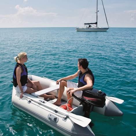 Надувная лодка, оснащенная и веслами и мотором