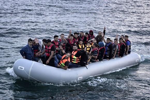 Надувная лодка, вмещающая большое количество пассажиров