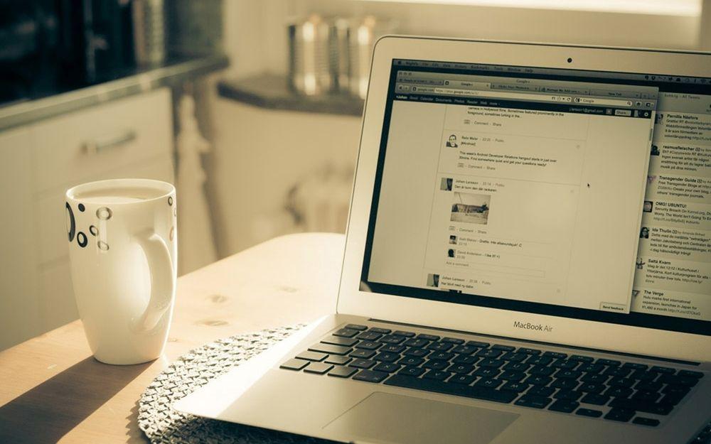 Обходим блокировку сайтов на десктопах и смартфонах – Ноутбук на столе