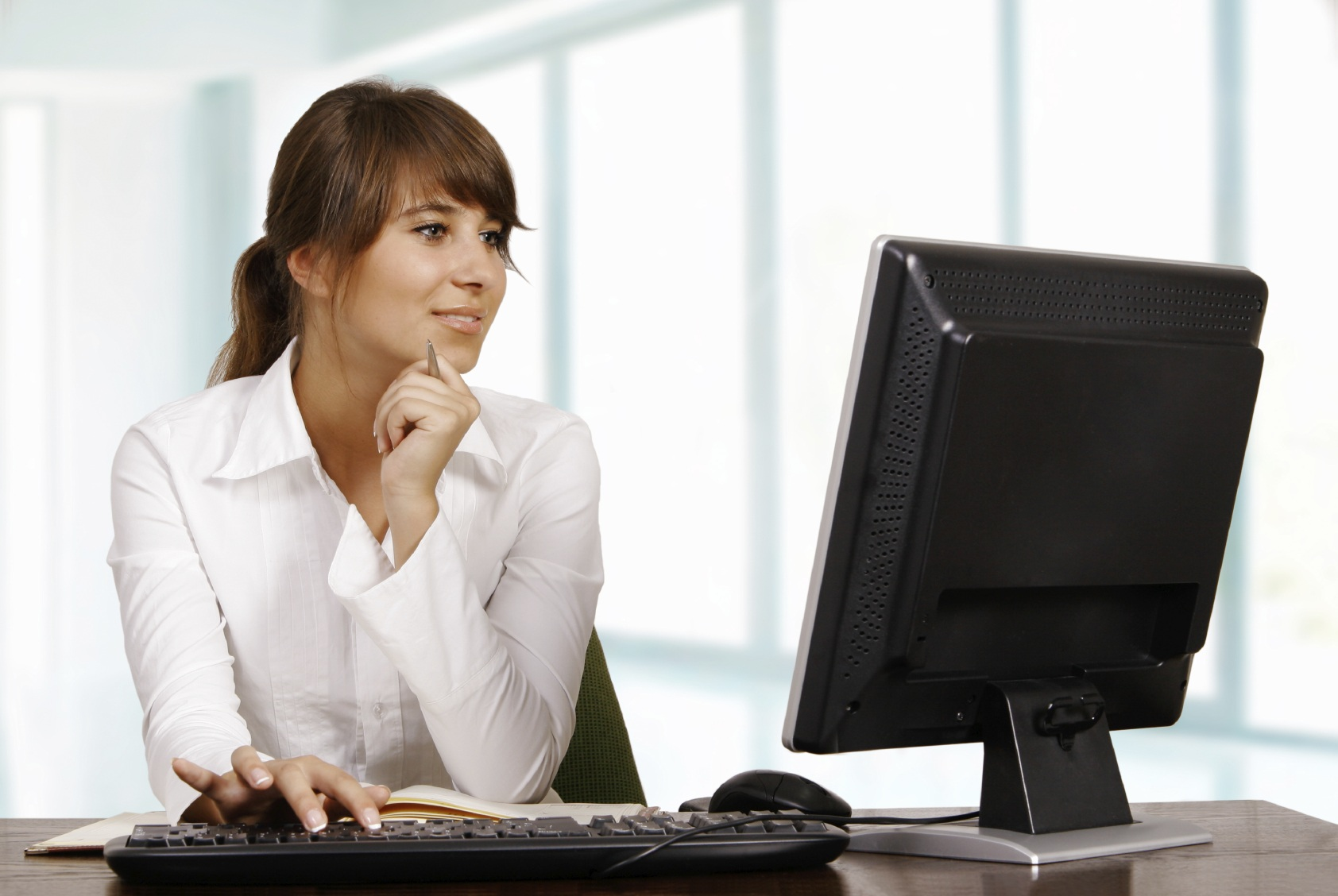 Девочка перед компьютером картинка