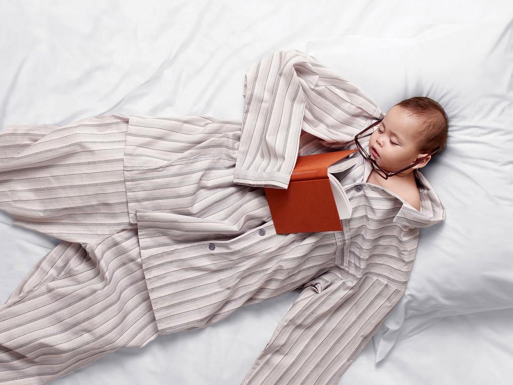 Ребенок в пижаме-сон