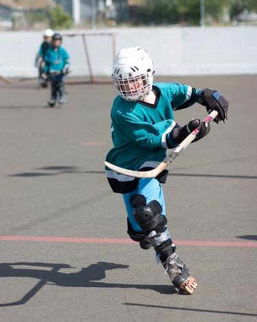 Роликовые коньки для игры в хоккей