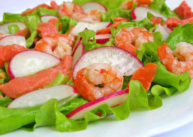 Салат с семгой, креветками и редисом 1