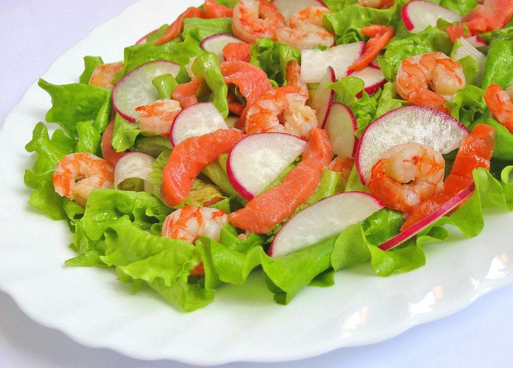 Салат с семгой, креветками и редисом