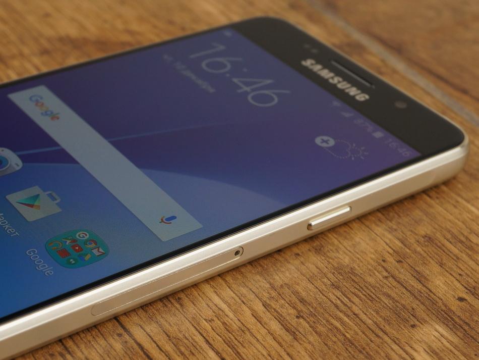 Samsung Galaxy A3 (2016)-эргономика правая грань
