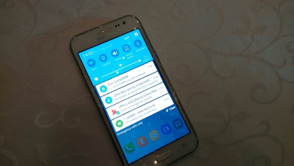 Samsung Galaxy J2-яркость экрана фото смартфона с презентации в Индии