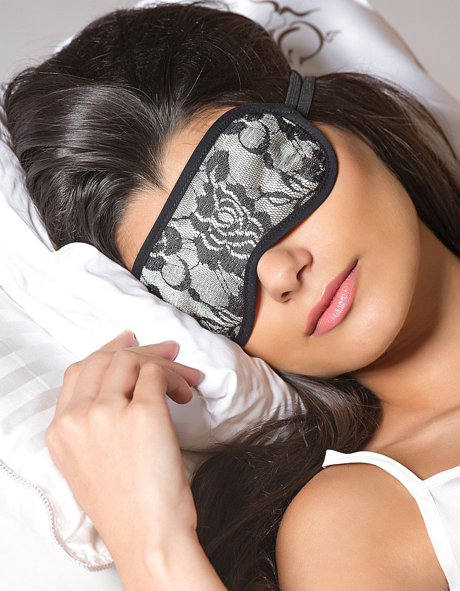 Сон в маске для сна-фото