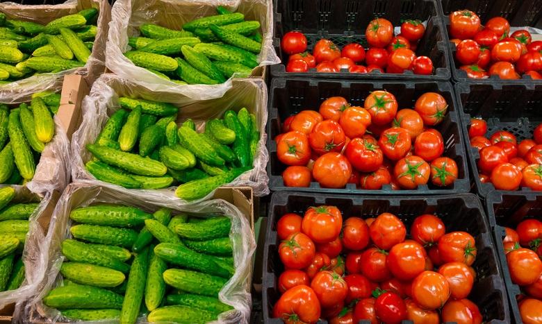 Тепличные овощи - помидоры и огурцы