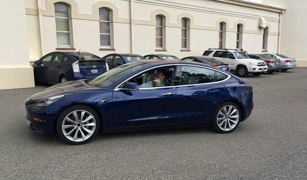 В сети появились новые фотографии электромобиля Tesla Model 3